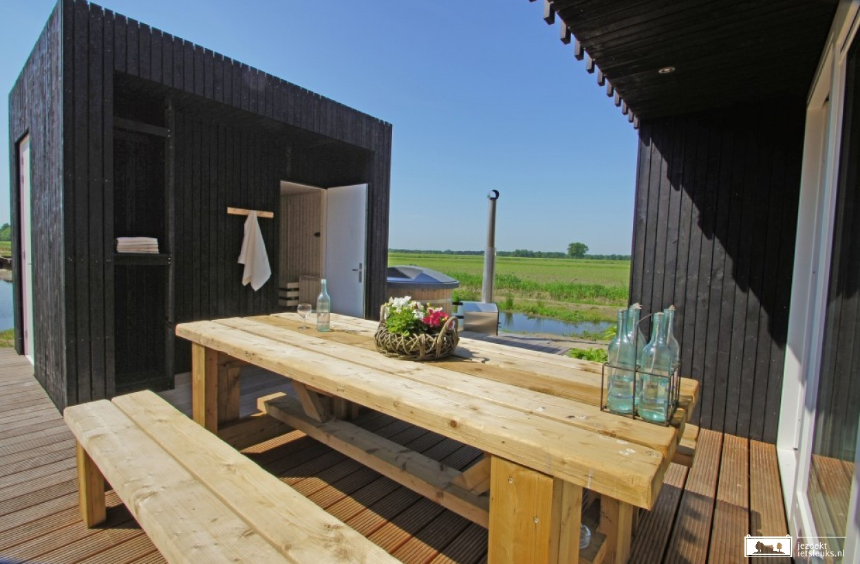 De wellness-lodge beschikt over een hottub en privé-sauna